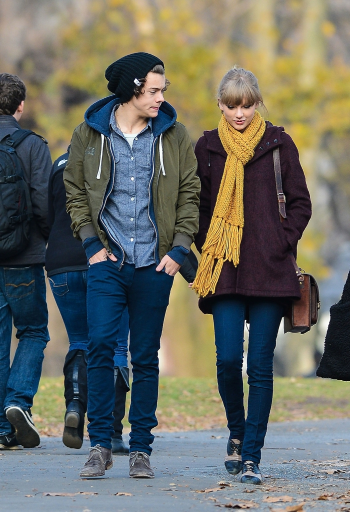 harry styles taylor swift freundin casual outfits gelber schal burgundenroter mantel