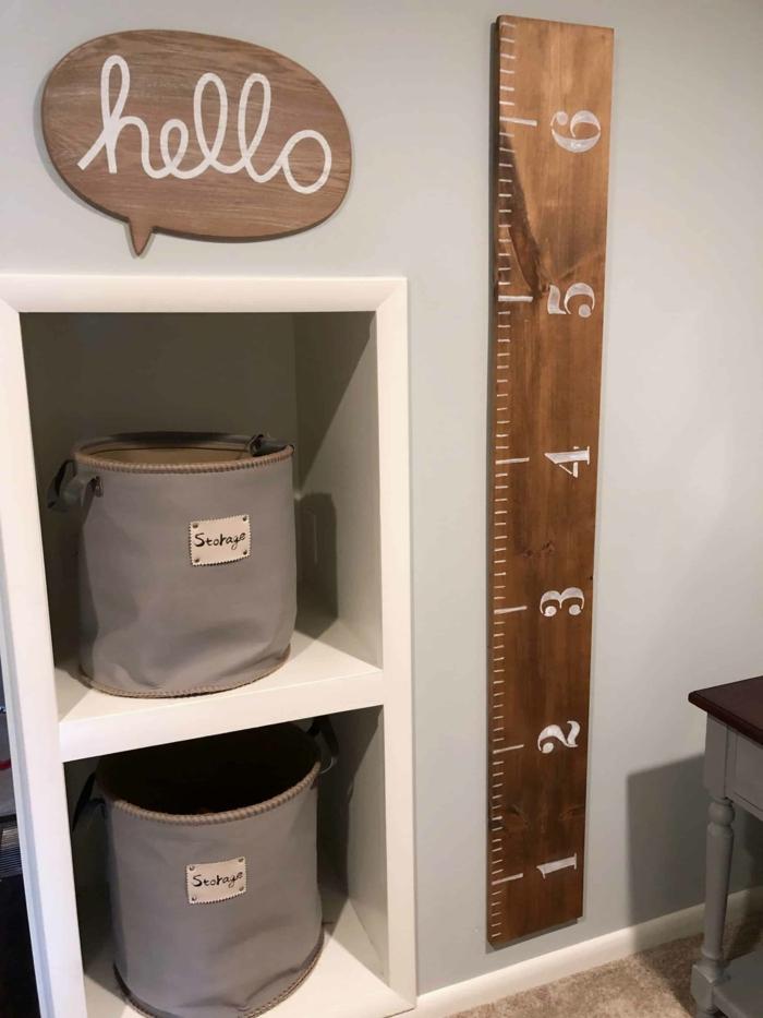 holzplatte hello aufschrift schlafzimmer kind einrichten messlatte kinderzimmer aus holz weiße ziffern minimalistische einrichtung