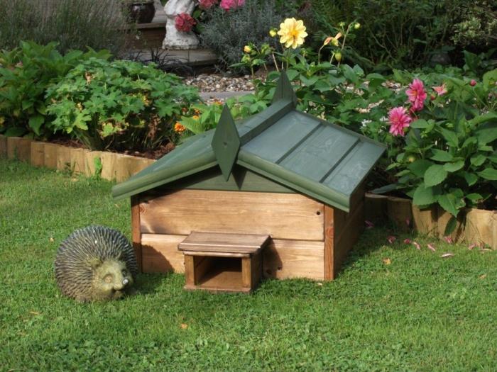 igelfutterhaus igel im garten holzhaus mit grünem dach garten schützen igel deko igelhaus bauanleitung