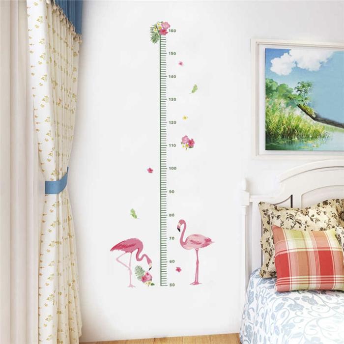 innenausstattung mädchenzimmer messlatte kinderzimmer wandsticker mit flamingos weiße gardinen weiß rotes kissen