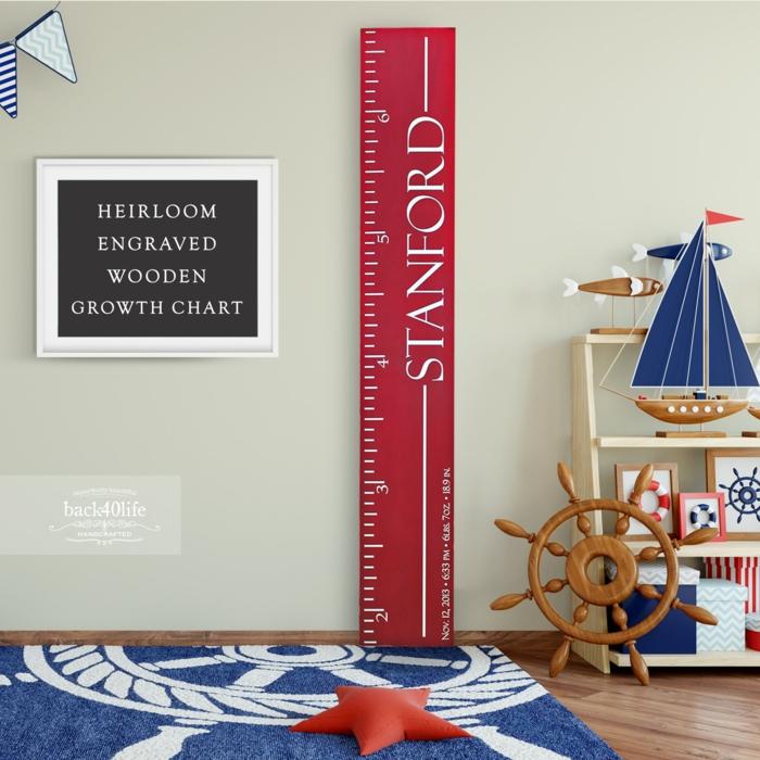 jungenzimmer einrichten messlatte kind holz mit namen blauer teppich meeresdekoration boot spielzeug inspiration inneneinrichtung