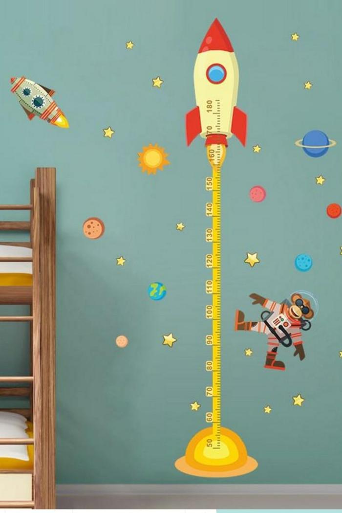 jungenzimmer einrichten modern kreative dekoration messlatte kinder wandtattoo weltall motive kosmonaut planeten sterne