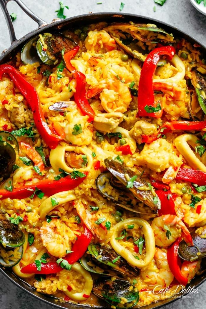 köstliche gerichte mit reise spanische traditionelle speisen paella mit meeresfrüchten und gemüse abendessen ideen