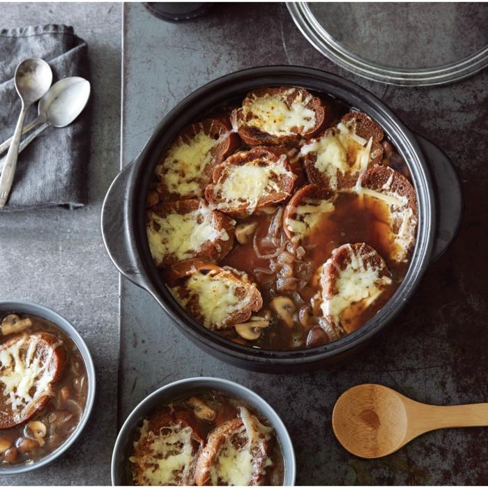 kasserolle ideen dutch oven gerichte köstliche rezepte mit fleisch großer holzlöffel schwarzer topf abendessen inspiration