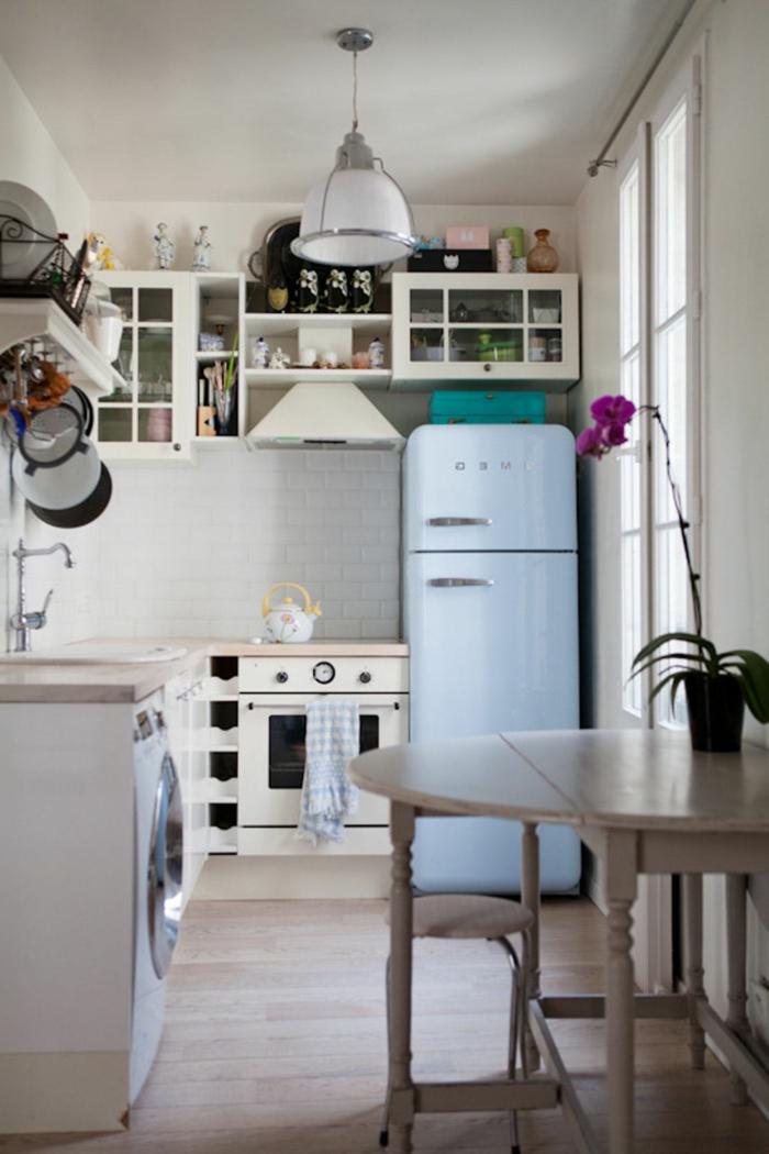 kellerwohnung souterrain fenster licht weiße wände küche souterrain retro style kühlschrank