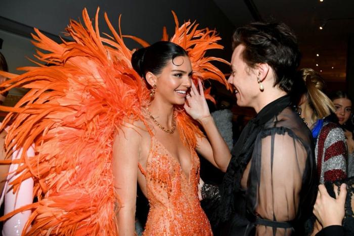 kendall jenner harry styles freundin met gala 2019 fashion inspiration oranges kleid mit federn versace kleid style inspo
