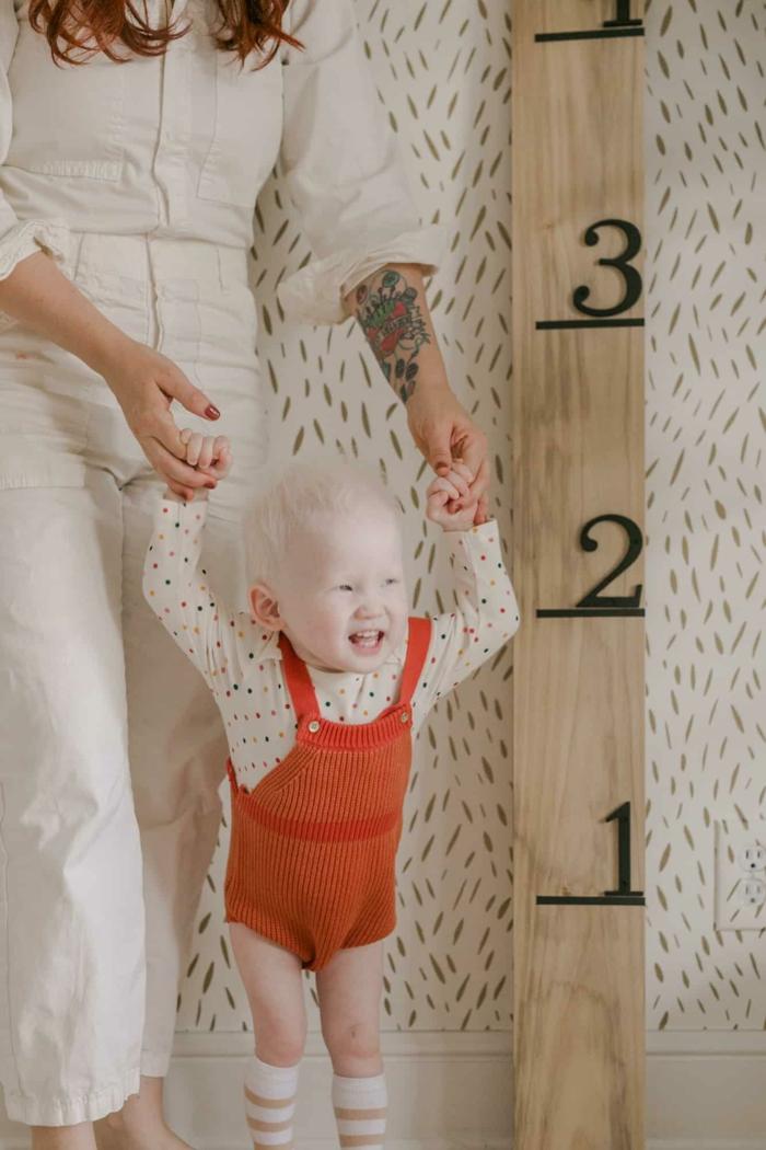 kind mit blonden haaren elegant angezogene frau minimalistische dekoration kinderzimmer messlatte kinder basteln diy ideen kreativ