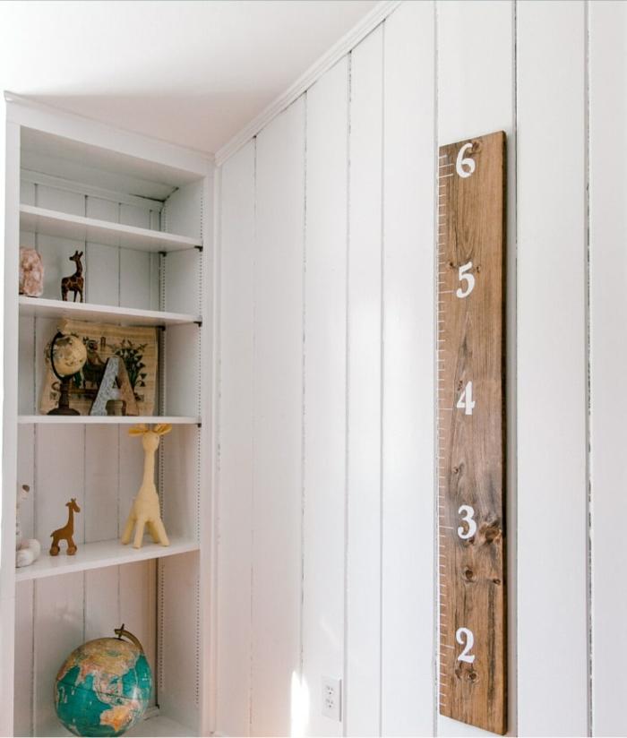 klassische messlatte kinderzimmer aus holz mit weißen ziffern einzigartige dekoration jungenzimmer regal mit spielzeugen