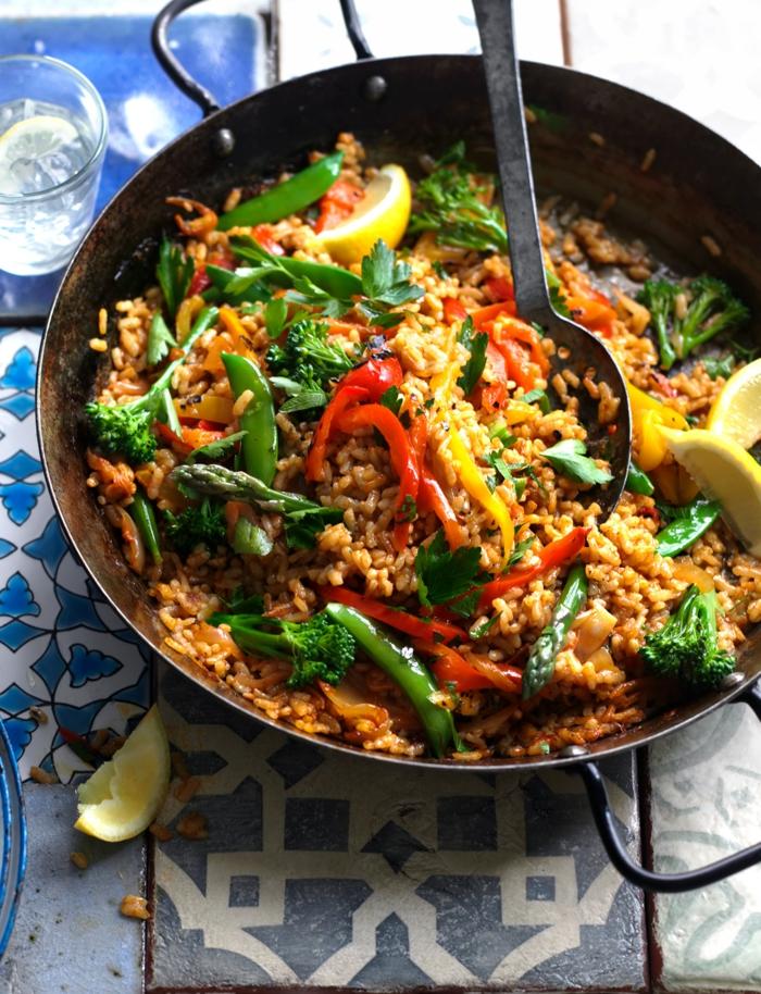 klassische spanische gerichte mit gemüse paella rezept vegetarisch gesunde gerichte zubereiten große schwarze platte