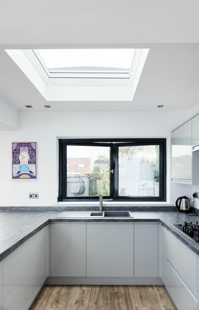 kleine küche mit fenster minimalistische einrichtung weiße küchenschränke velux dachfenster größen infos und tipps