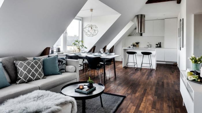 kleine wohnung einrichtung inspiration ecksofa in grau runder kaffeetisch kleine küche weiße schränke esstisch mit schwarzen stühlen