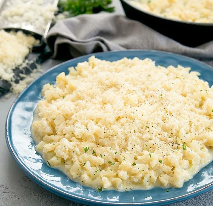 kleiner blauer teller mit einem weißen blumenkohl risotto blumenkohl rezepte