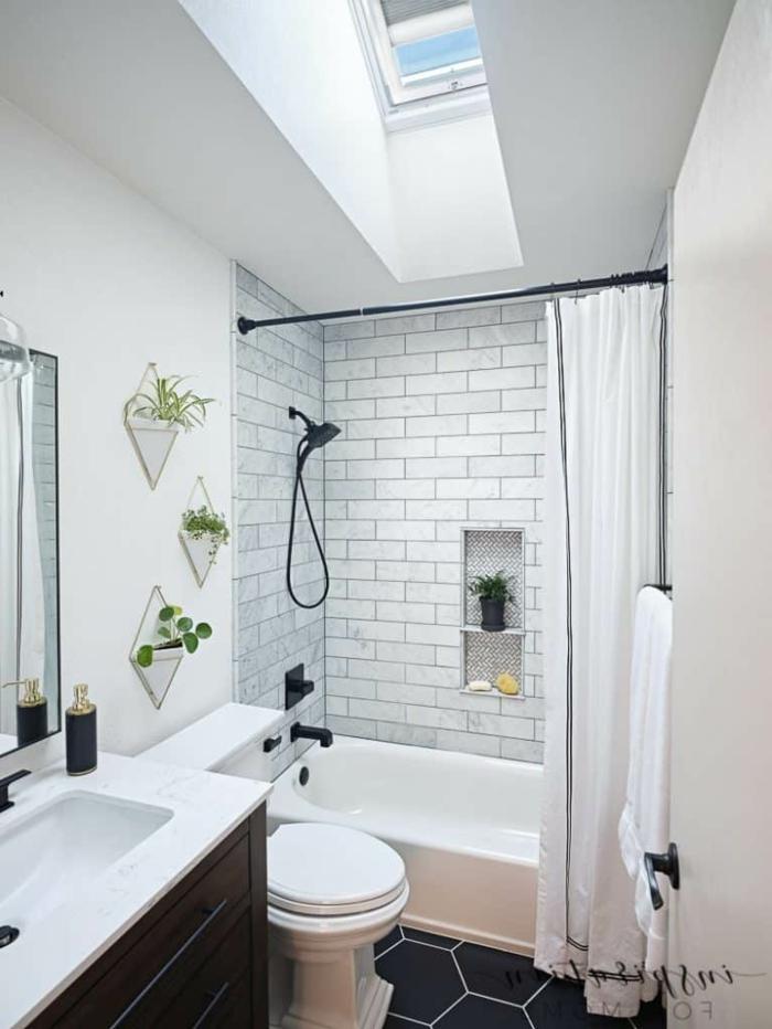 kleines badezimmer einrichten mit badewanne weiße fliesen velux fenster einbauen infos deko grüne pflanzen
