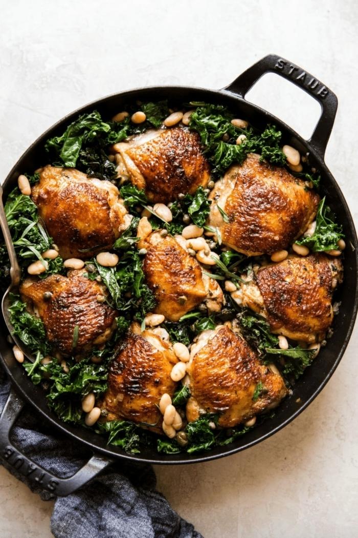 kochen 2021 hähnchen mit kale dutch oven gerichte schwarzer topf blaues tuch ideen abendessen