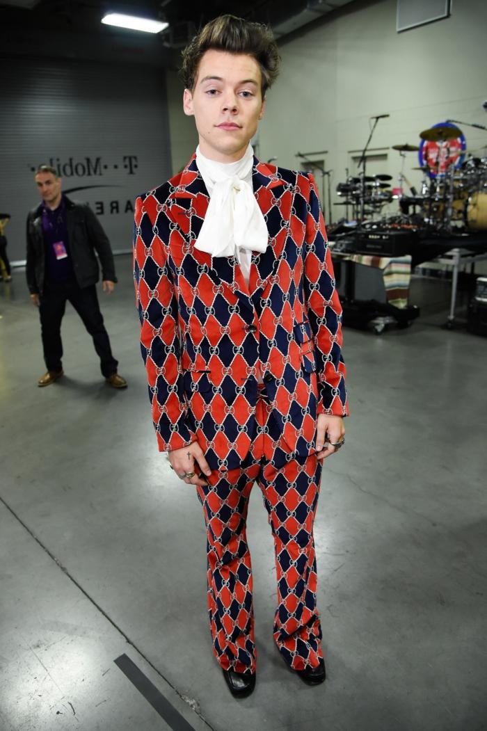kretive outfit ideen harry styles gucci anzug rot schwarz logomania anzug aus samt weiße bluse mit lavalliere