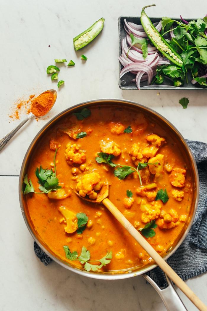 löffel aus holz blumenkohl rezepte ein blumenkohl curry mit kurkuma und ingwer