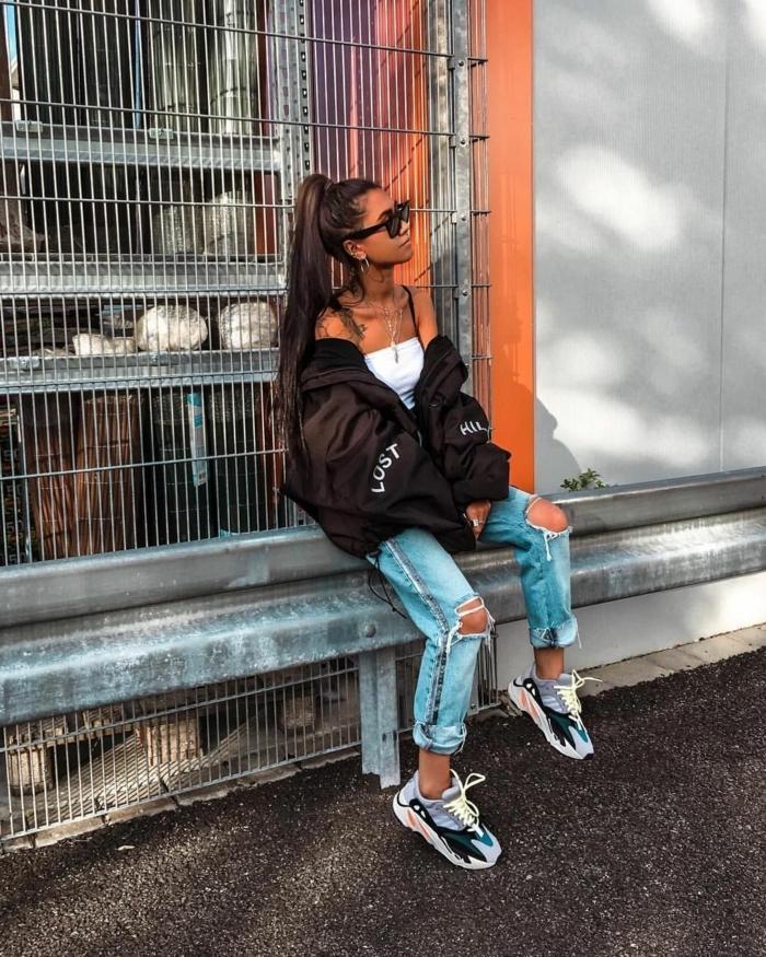 lange hochgesteckte haare baddie outfits with ripped jeans schwarze oversized jacke weißes top schwarze sonnenbrillen bunte sneakers
