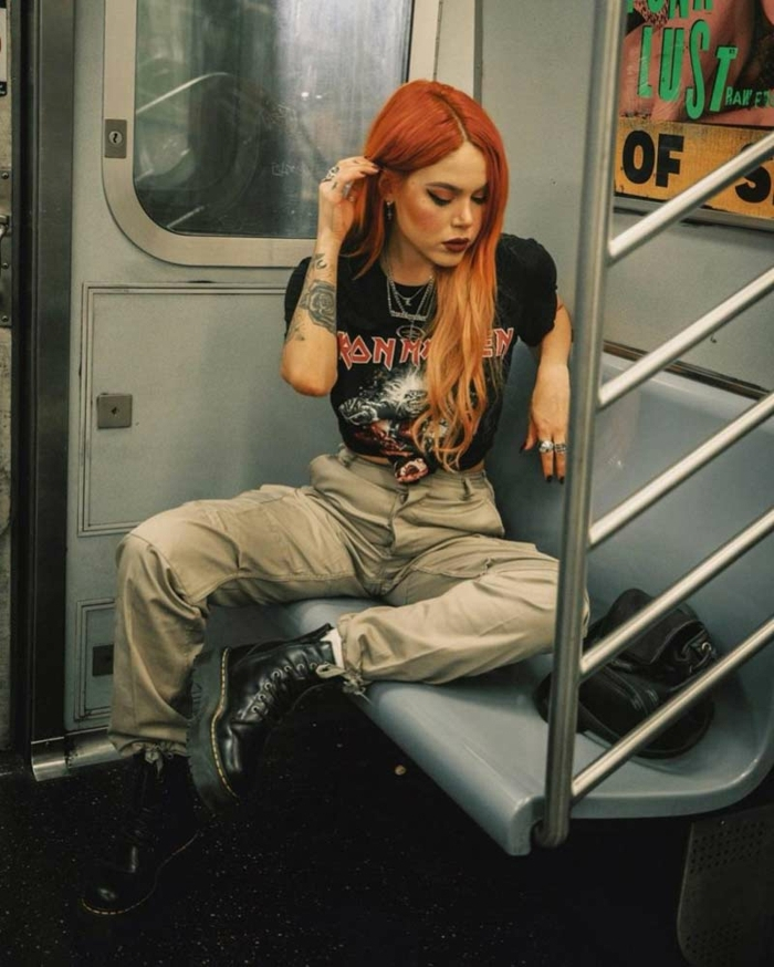 lange rote haare retro grunge aesthetic beige hose schwarze st shirt style inspiration ideen modisch