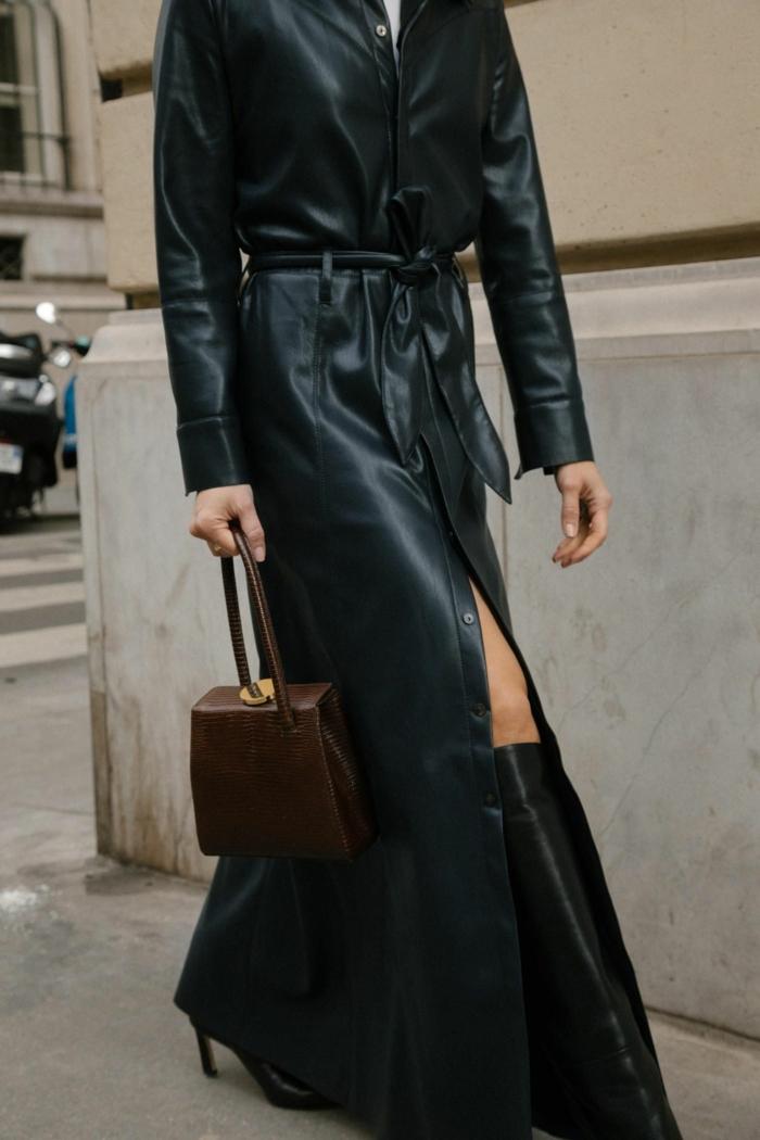 langer schwarzer ledermantel und hohe stiefel braune handtasche elegantes baddies style outfit street style fashion week inpso