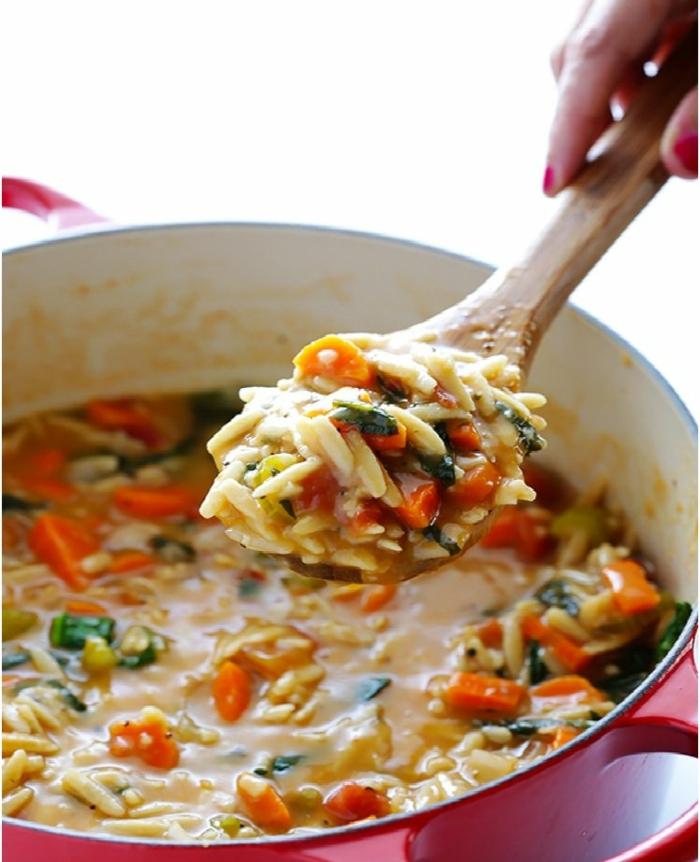 leichte orzo suppe mit gemüse dutch topf speisen mit reis großer löffel aus holz gesunde ernährung