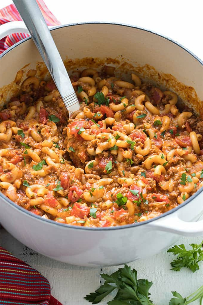 leichter amerikanischer dutch oven gulasch inspiration großer weißer topf gerichte mit pasta zubereiten