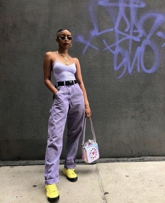 lila outfit weite hose mit hohem bund enges top gelbe sneakers coole sonnenbrillen baddie outfits inspiration