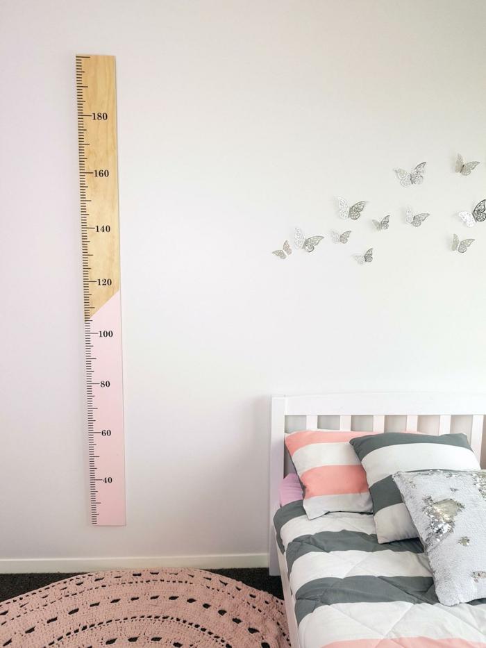 mädchenzimmer inneneinrichtung runder pinker teppich messlatte personalisiert deko vögel an die wand minimalistische einrichtung