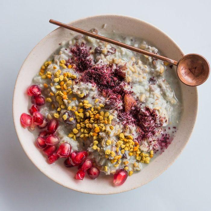 müsli mit joghurt granatapfelsamen chia und aneren zutaten was kann ich frühstücken
