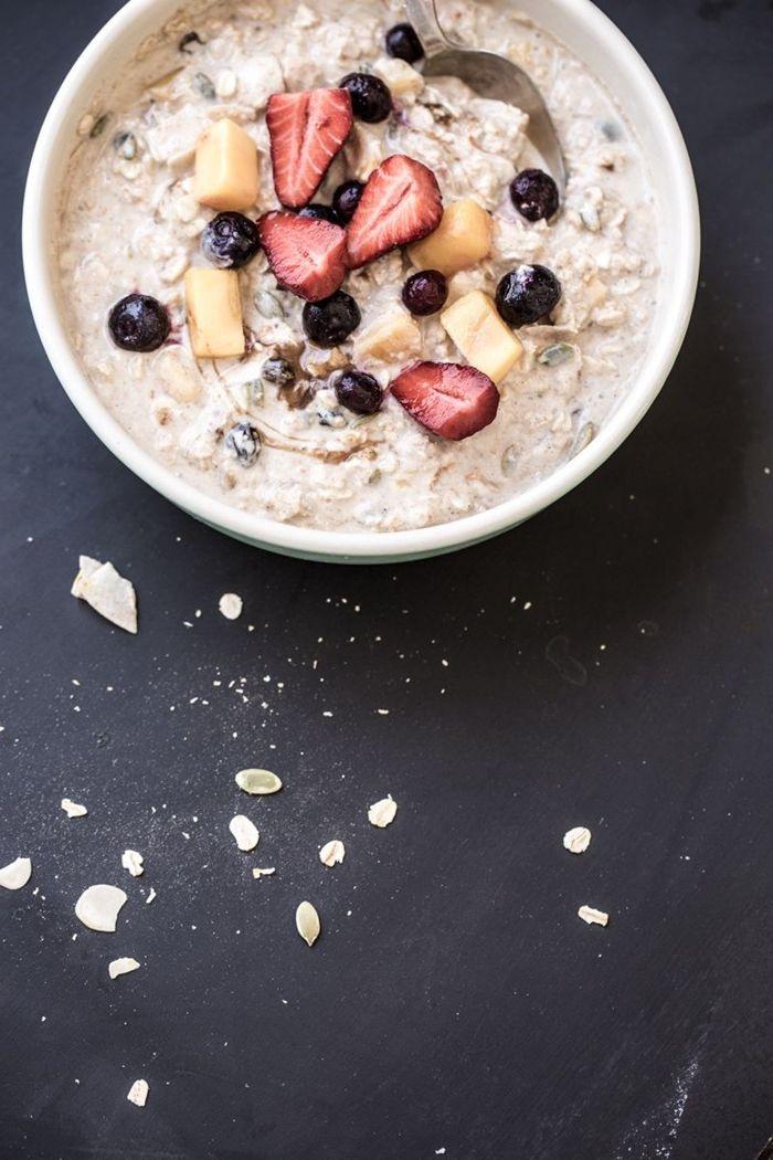 müsli mit joghurt honig beern und nüssen gesund essen