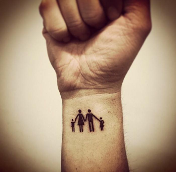 mama papa tattoo mit zwei kindern am arm familien tätowierungen ideen inspo