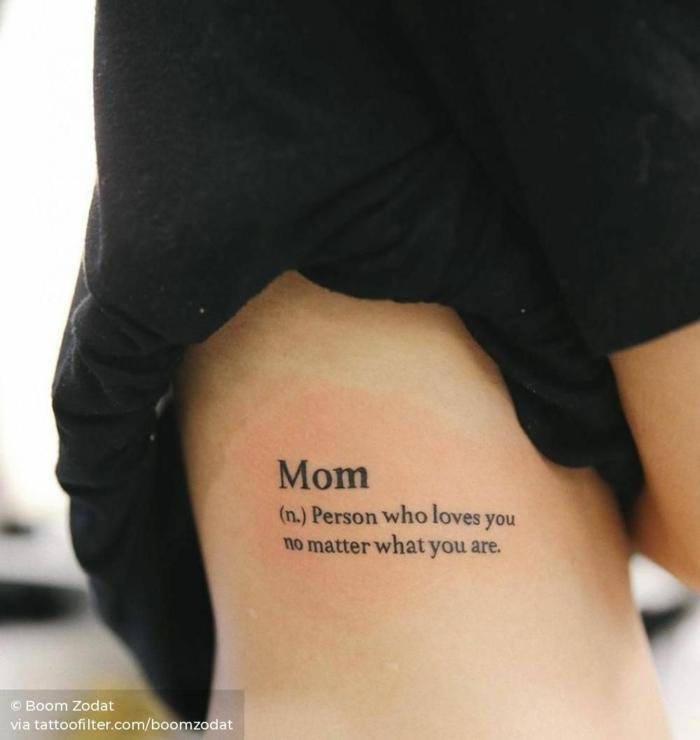 mama tochter tattoo persönliche tätowierungen inspiration schwarzes t shirt mom wort erkärung englisch