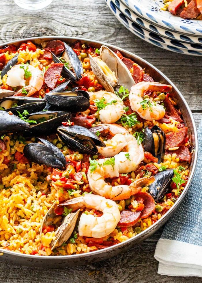 meeresfrüchte paella reis miesmuscheln und garnellen reisgerichte klassisch spanien abendessen kochen klassische speise spanisch
