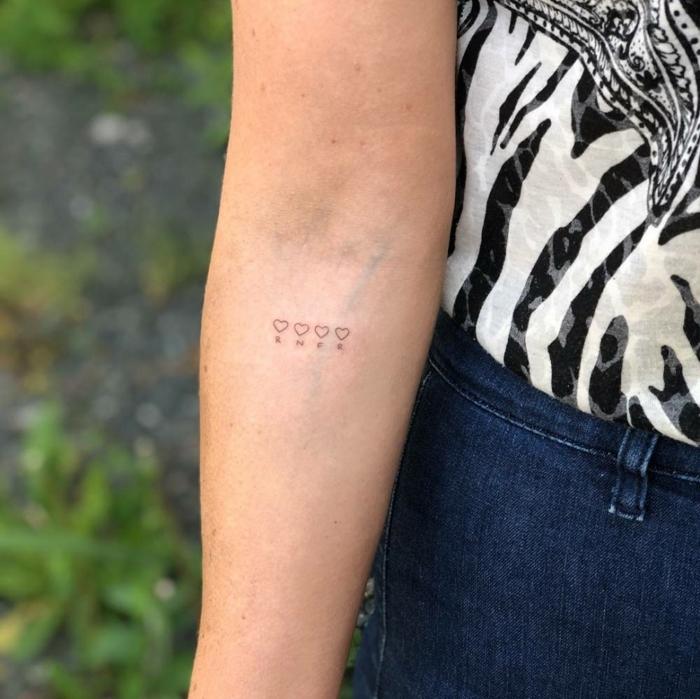 minimalistische ideen tattoo familien initialen kleine tätowirung am arm mit herzen inspo