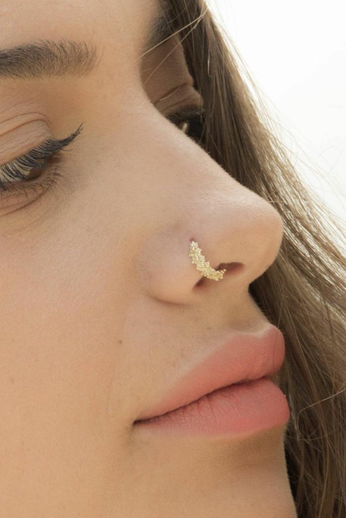 minimalistisches make up nasenring gold inspiration nostril peircing ideen dame mit braunen haaren piercings wichtige infos