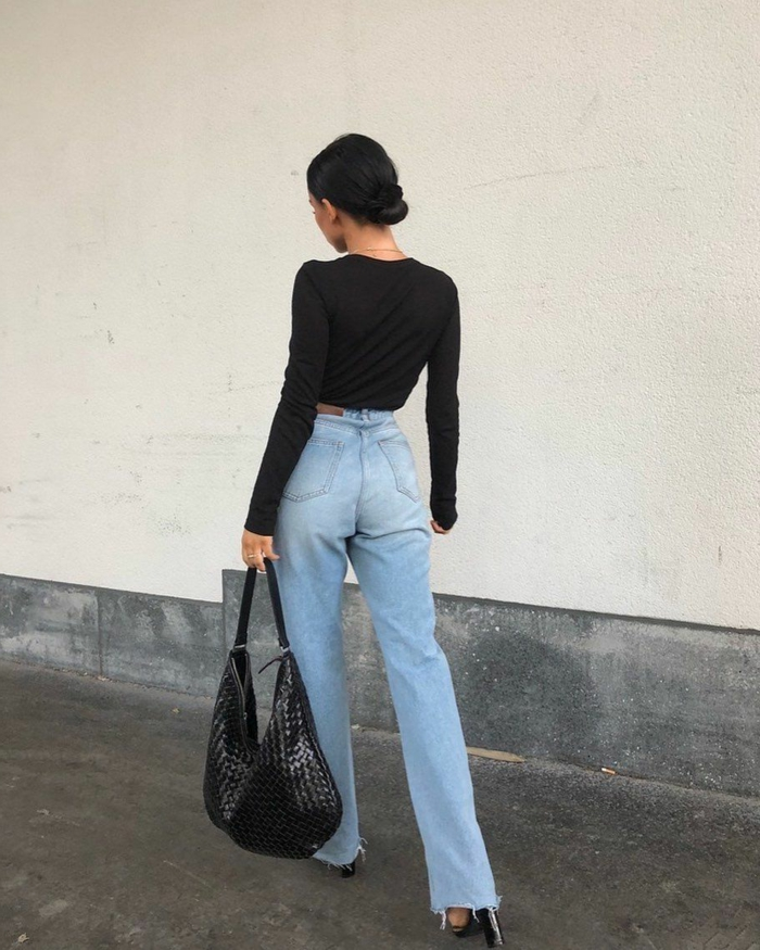 modernes outfit street style inspo jeans mit hohem bund schwarze elegante bluse dame mit hochgesteckten schwarzen haaren instagram baddie