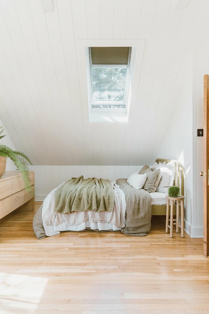modernes schlafzimmer minimalistische einrichtung großes bett velux dachfenster einbauen informationen