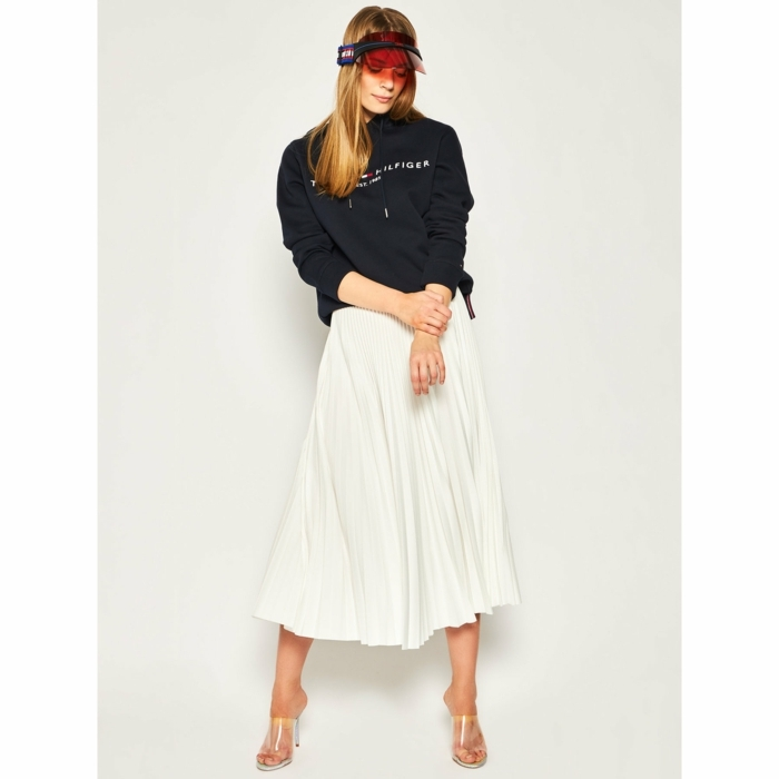 modetrends sommer 2020 dunkelblauer tommy hilfiger sweatshirt langer weißer rock high heels sportlich elegantes outfit