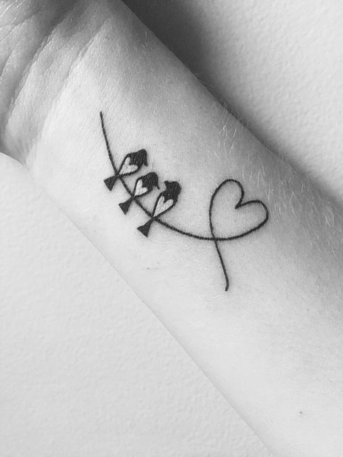 originelle ideen für tattoo symbol für familie herz mit drei vögel schwarz weißes bild minimalistische tattoos inspiration