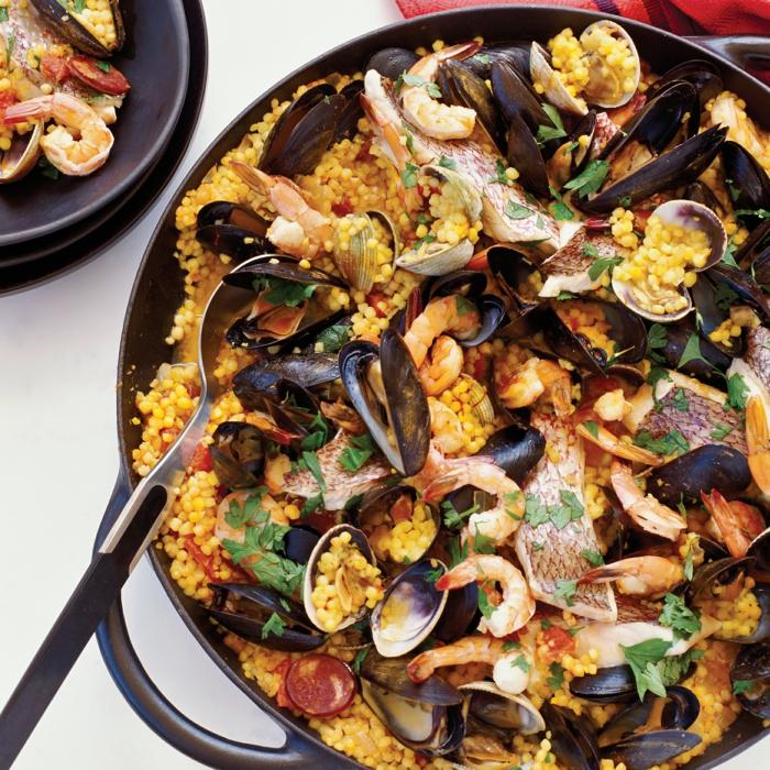paella-reis-mit-meeresfrüchten-klassische-spanische-gerichte-zubereiten-leckeres-gesundes-essen