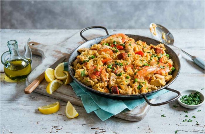 paella rezept original klassische spanische gerichte zitronenscheiben olivenöl kochen 2021 inspiration