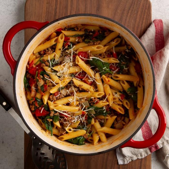 pasta mit gemüse mittagessen rotes topf rezepte für dutch oven weiß rotes tuch lecker kochen 2021