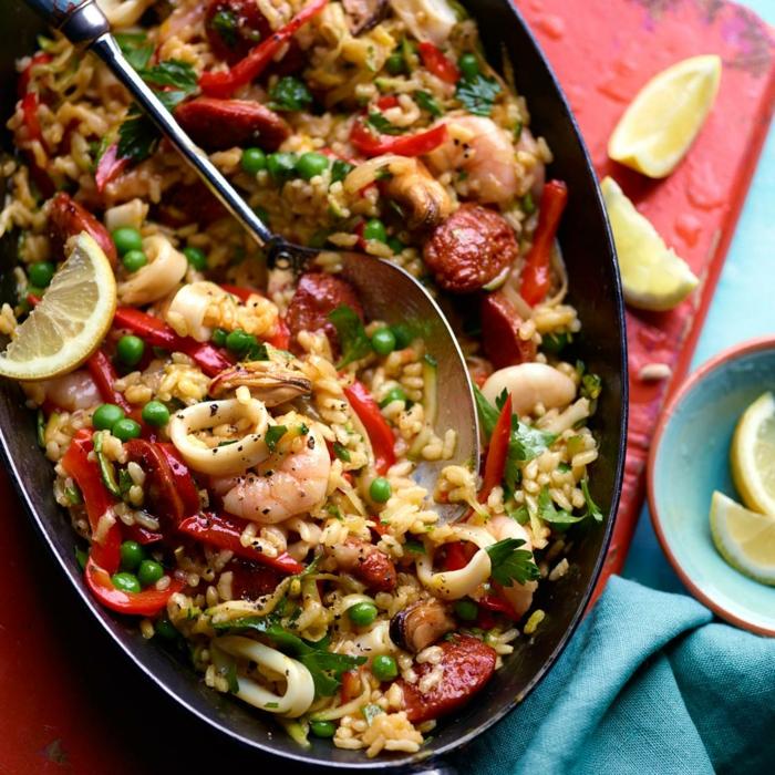 reis gerichte mit gemüse und meeresfrüchten paella rezept original ideen abendessen mittagessen großer schwarzer teller