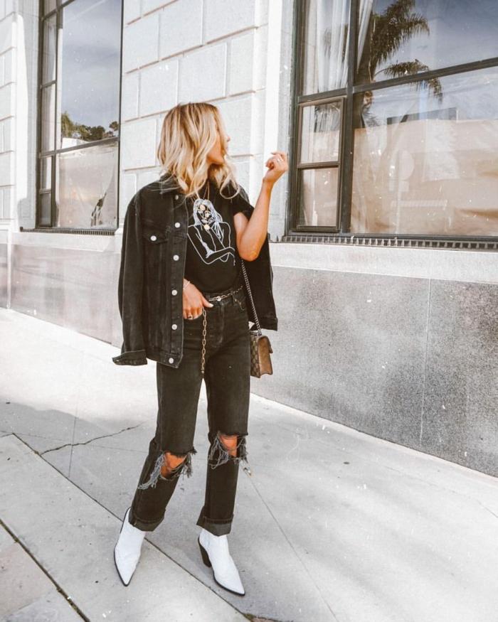 retro grunge aesthetic street style blonde frau schwarzes outfit gerippte jeans weiße stiefel inspiration