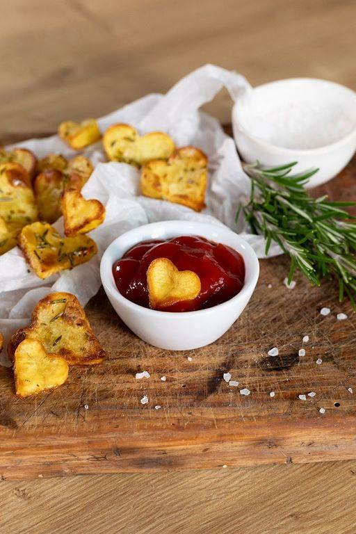 rezepte für romantisches abend einfaches 3 gänge menü tomatensoße in schüssel mit knusprigen herzförmigen krackers