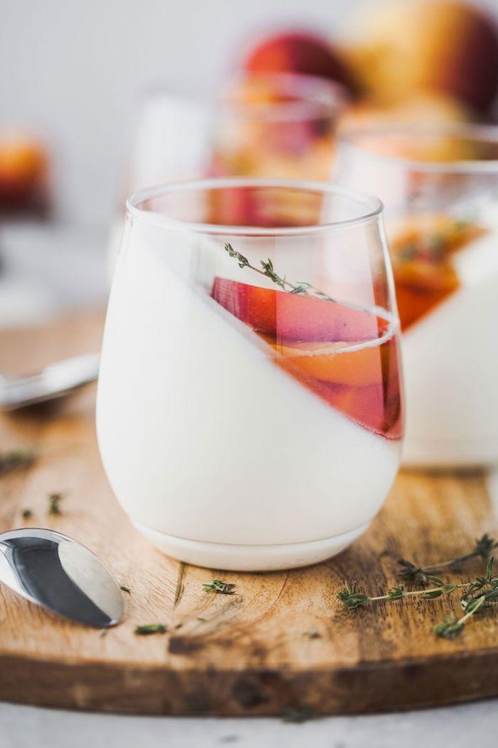 rezepte mit joghurt panna cotta mit pfirsichen einfaches rezept sommerdessert ideen