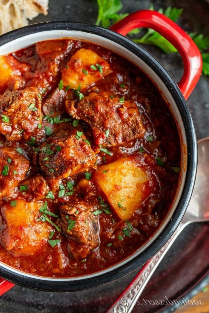 rindfleisch rezepte dutch oven gulasch roter topf köstliche ideen gerichte abendessen inspiration