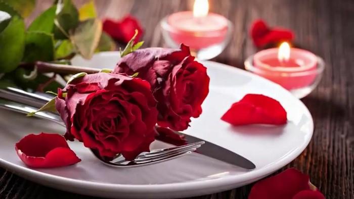 romantisches essen zu zweit rezepte valentinstag essen 3 gänge menü valentinstag ideen weißes teller rosen rezepte für verliebte
