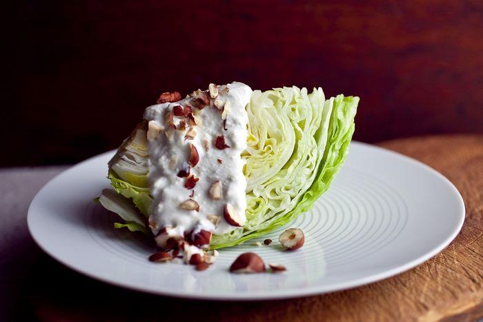 romantisches essen zu zweit valentinstag rezepte 3 gänge menü kochen zu zweit ideen rezepte für romantsichen abend eisbergsalat mit blauem käse soße