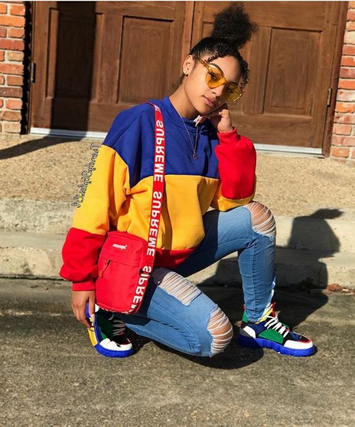 rot gelb blaues oversized sweatshirt instagram baddie blaue sneakers rote tasche hochgesteckte lockige haare street style inspo