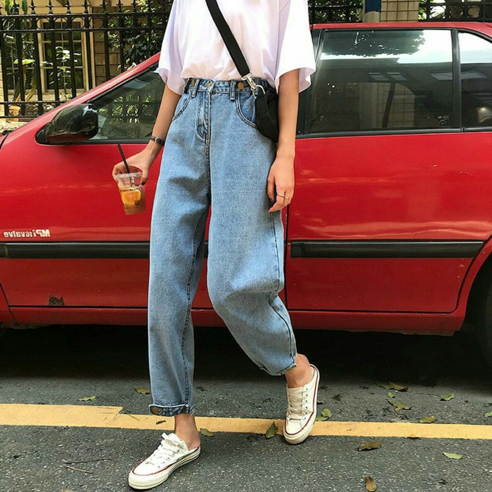 rotes auto casual outfit street style inspi jeans mit hohem bund weißes oversized t shirt retro grunge aesthetic converse sneakers